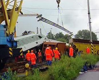 Odklízení trosek po vlakové nehodě