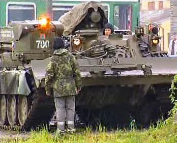 Armádní tank pomáhá s odklízením trosek