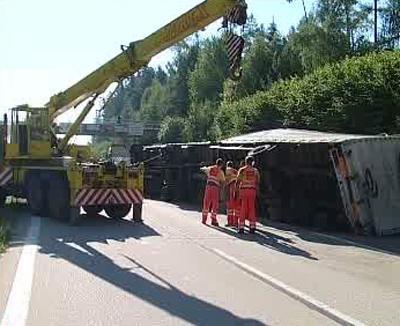 Jeřáb u havarovaného kamionu