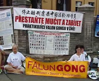 Protest před čínskou ambasádou v Praze