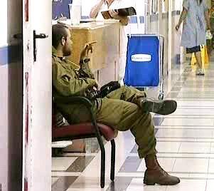 Izraelský voják na hlídce v nemocnici