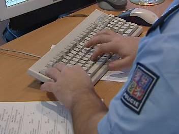 Policista vyplňuje spis