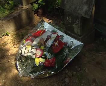 Květiny na hrobě