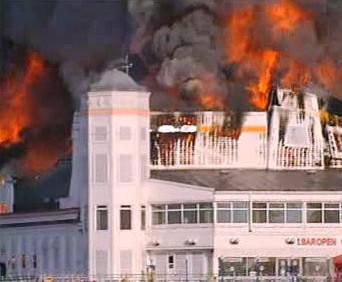 Požár mola v letovisku Weston-Super-Mare