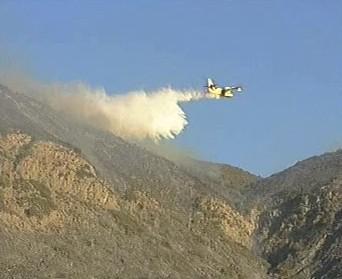 Letadlo hasí hořící porost