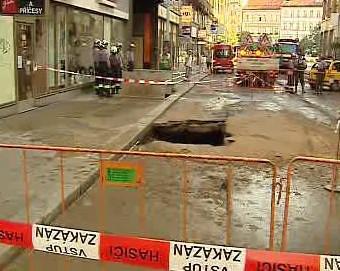 Propadlá vozovka ve Štěpánské ulici