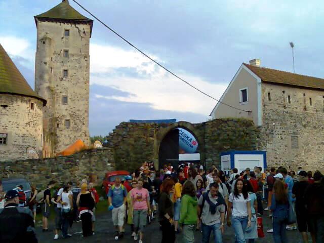 Lidé opouštějí hrad Švihov