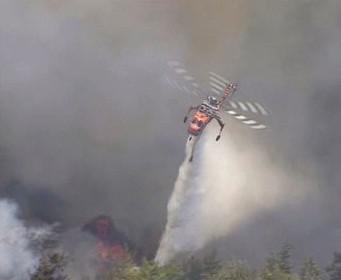 Helikoptéra hasí hořící les