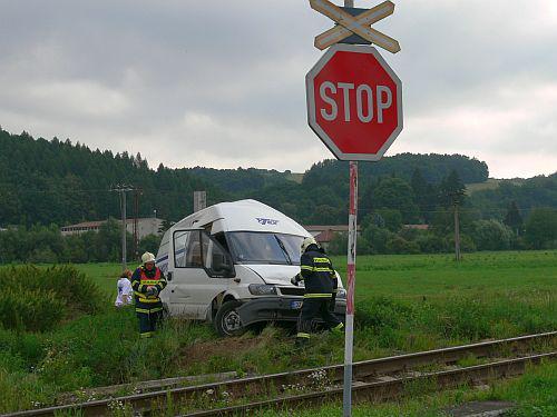 Nehoda dodávky na přejezdu
