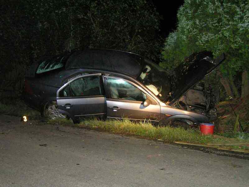 Auto skončilo po nehodě v příkopu
