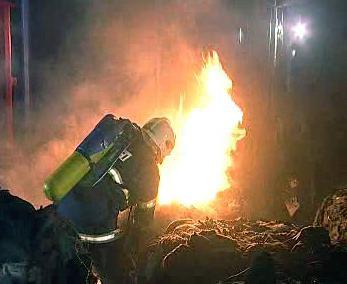 Hořící výrobní hala