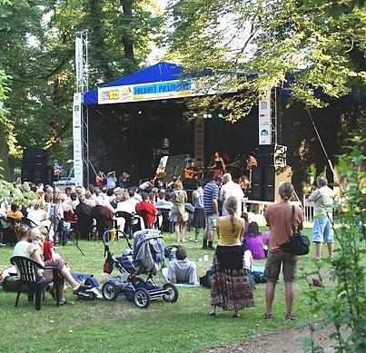 Festivalová scéna v podzámčí