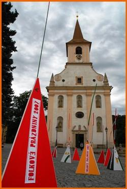 Prostranství před kostelem v Náměšti