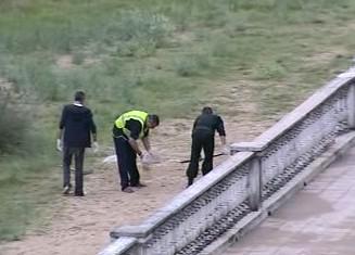Policisté odklílzejí střepiny po výbuchu