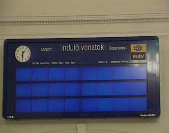Informační tabule odjezdů vlaků v Maďarsku