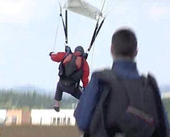 Parašutista při přistávání