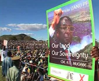 Přiznivci Roberta Mugabeho.