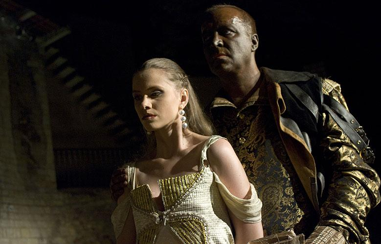 Zuzana Vejvodová (Desdemona) a Martin Zahálka (Othello)