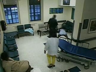 Umírající žena v čekárně kliniky