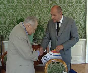 Jiří Krejčík přebírá ocenění od ministra kultury