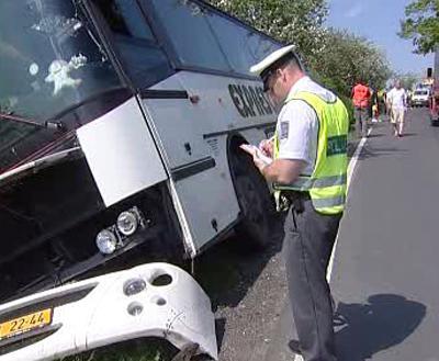 Policista u havarovaného autobusu