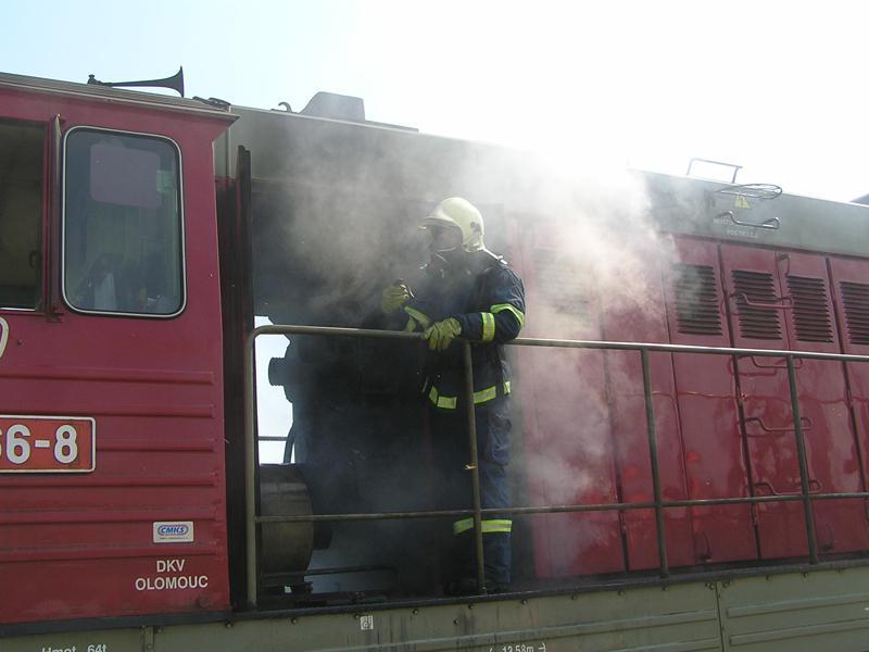 Hasiči u požáru lokomotivy