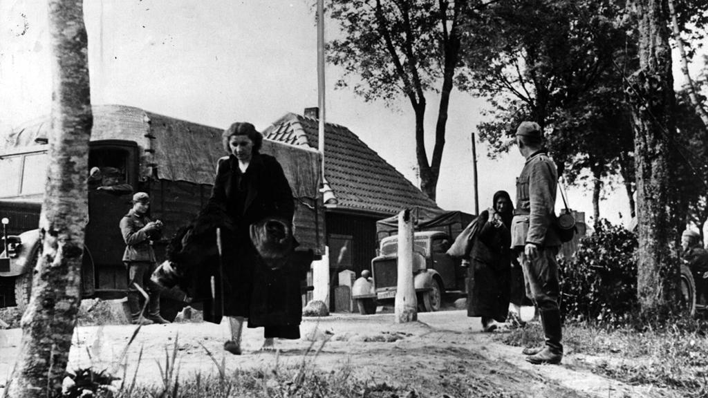 Nacisté vyhánějí ruské ženy z jejich domovů