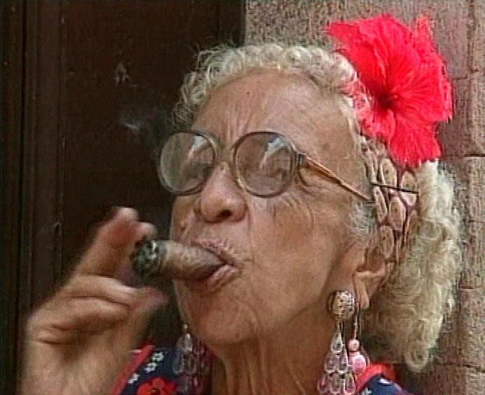 Kubánka kouří doutník