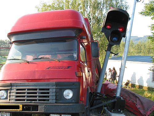 Nákladní auto po srážce s vlakem
