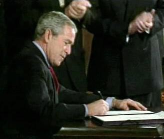 George Bush podepisuje kontroverzní zákon