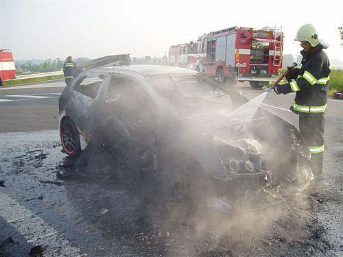 Hasiči u požáru vozidla