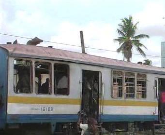 Vlak poškozený výbuchem