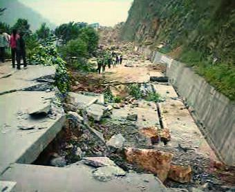 Rozbitá silnice po zemětřesení