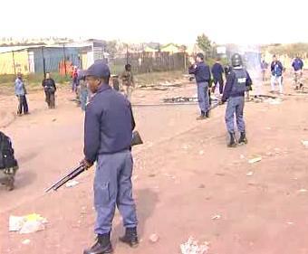 Jihoafričtí policisté střežící ulice