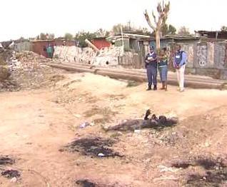 Ohořelé tělo jedné z obětí xenofobního násilí
