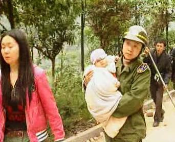 Čínský voják s dítětem