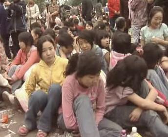 Číňané se po varování uchýlili na otevřená prostranství