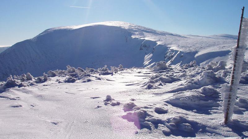 Sněhová pokrývka na svahu Studniční hory