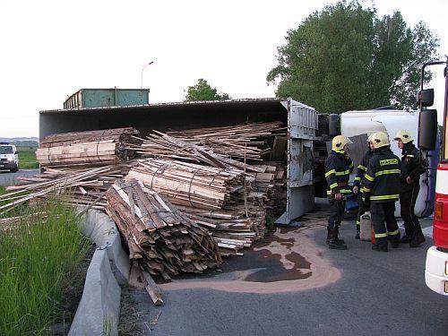 Kamion se dřevem blokoval dopravu