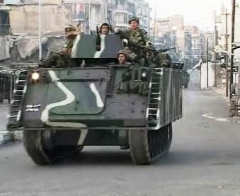 Vojáci na obrněném vozidle