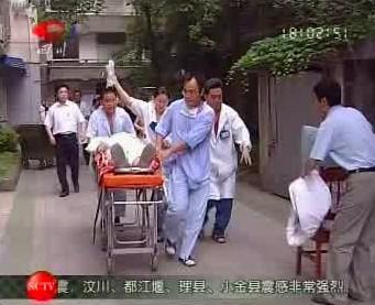 Lékaři odvážejí zraněné