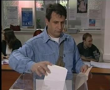 Srbský volič vhazuje volební lístek.