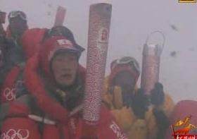 Horolezecký tým s pochodní na Mount Everestu