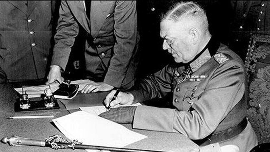 Polní maršál Keitel podepisuje kapitulaci Německa