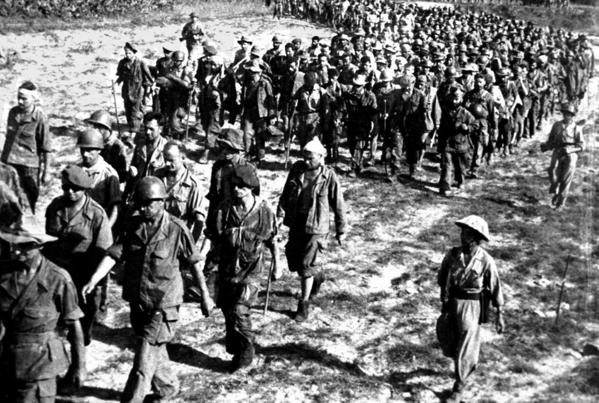 Francouzští zajatci po bitvě u Dien Bien Phu