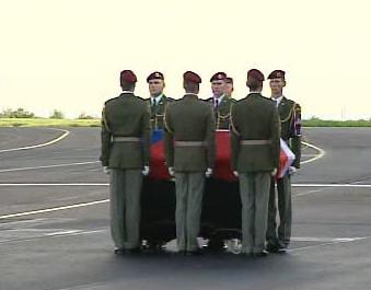 Smuteční obřad na letišti v Kbelích