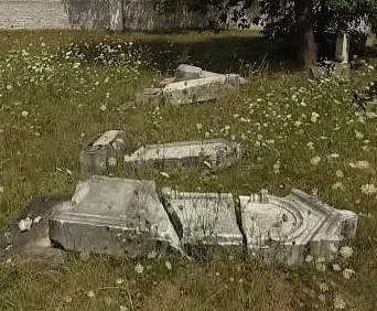 Zničený židovský hřbitov