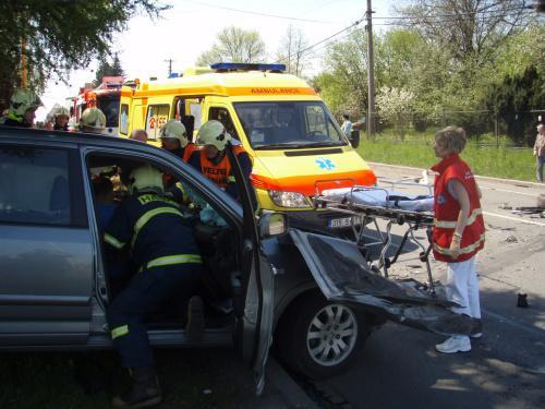 Hasiči vyprošťují zraněného řidiče