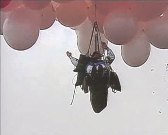 Kněz při letu s balonky