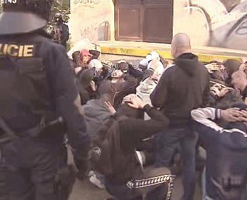 Policie prohledává fanoušky Brna